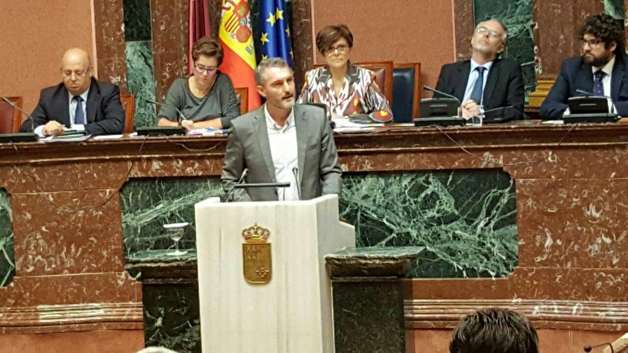 Óscar Urralburu, el portavoz de Podemos en el Parlamento de Murcia, defiende desde la tribuna la reforma electoral