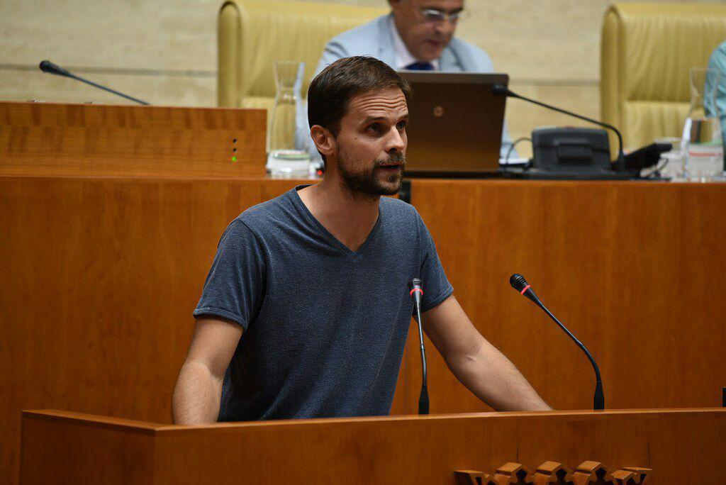 Álvaro Jaén, portavoz de Podemos en la Asamblea de Extremadura, defiende la ley desde la tribuna