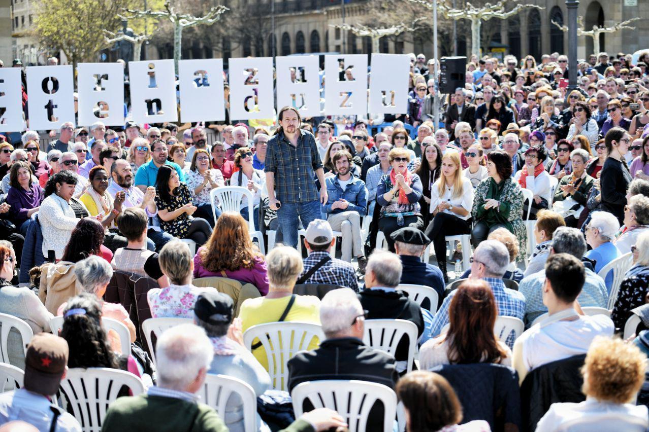 Pablo Iglesias durante el encuentro con la militancia en la Plaza del Castillo en Pamplona. FOTO: DANI GAGO