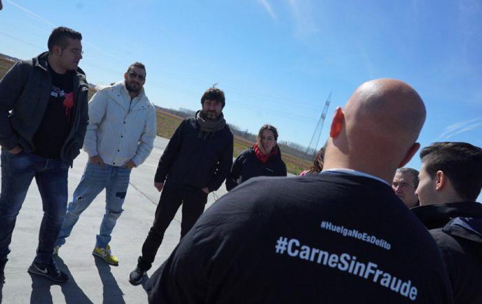 Rafa Mayoral y Ana Marcello con los trabajadores de Servicarne