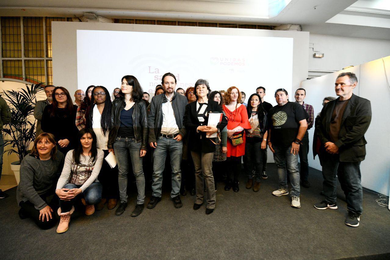 Pablo Iglesias, Amparo Botejara e Isabel Serra durante el encuentro con los colectivos sanitarios en Madrid