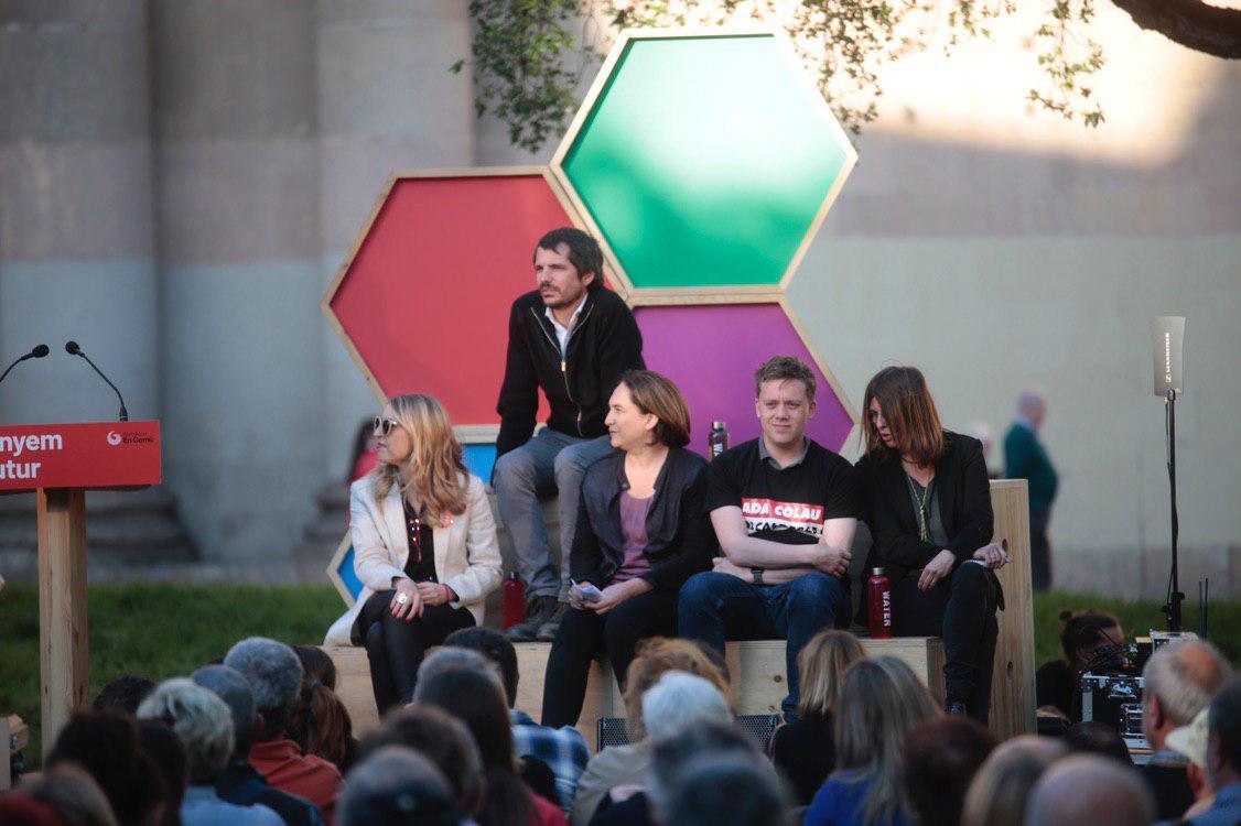 María Eugenia Rodríguez Palop, Ernest Urtasun, Ada Colau y Owen Jones durante el acto en Barcelona. FOTO: IRENE LINGUA
