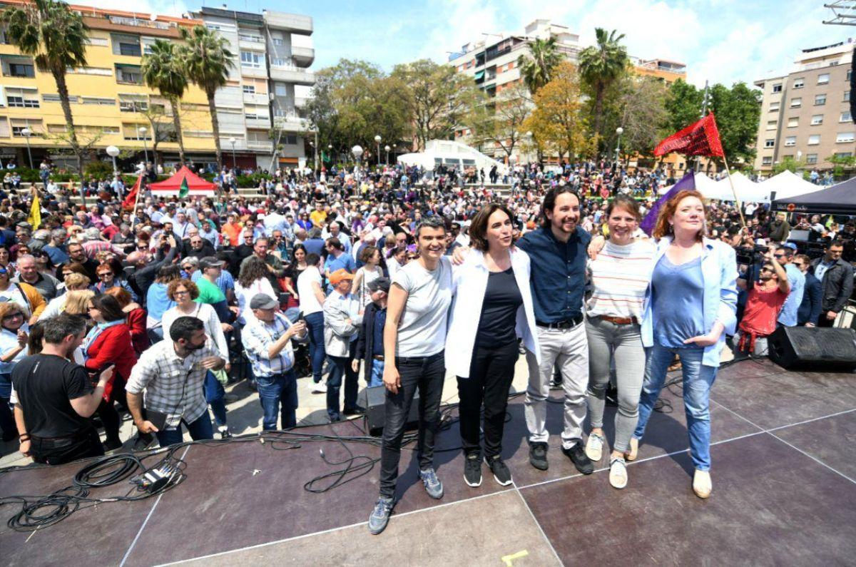 Martín, Colau, Iglesias, Sanz y Fallarás, al terminar el acto. FOTO: DANI GAGO