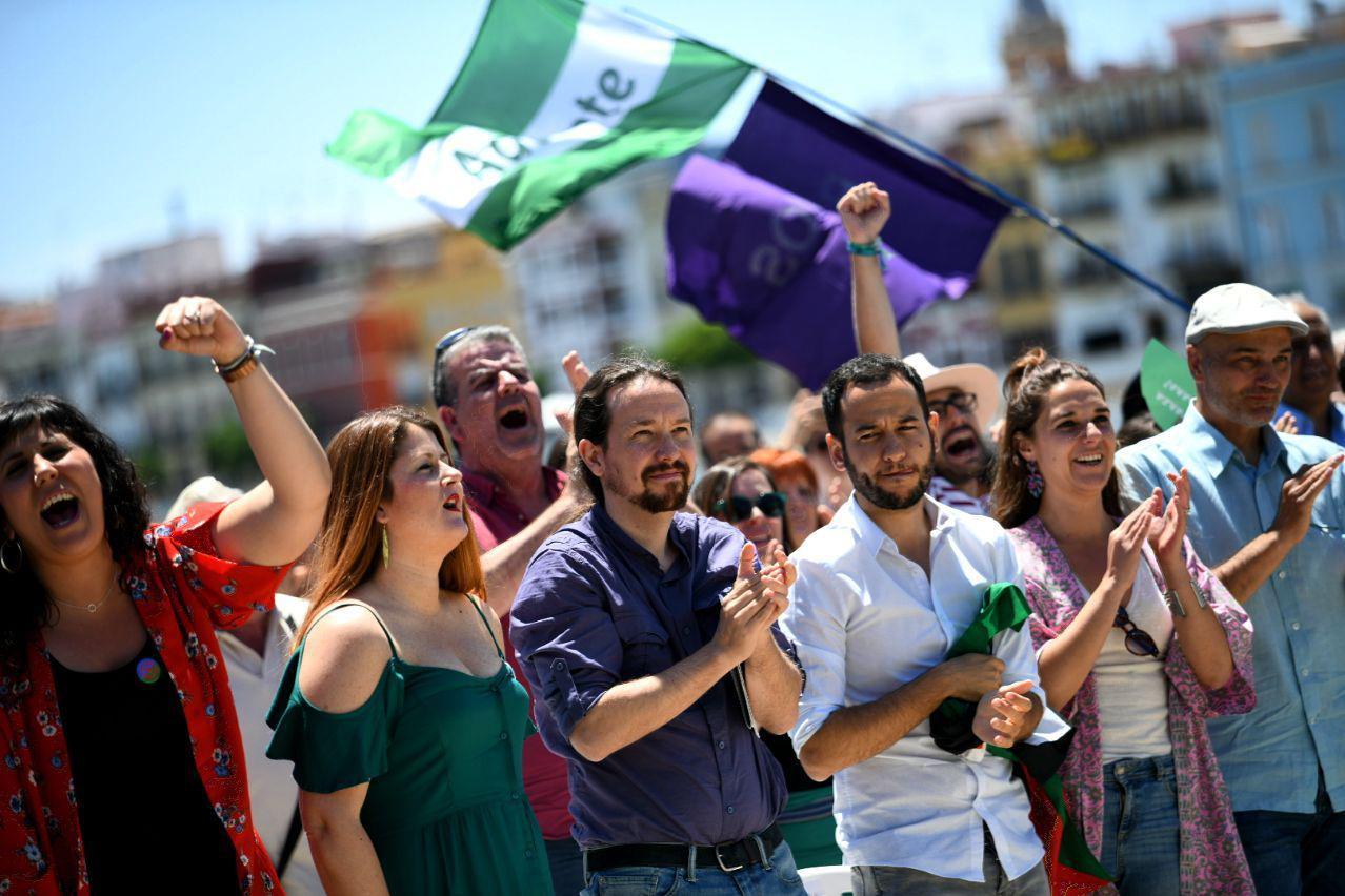 Pablo Iglesias (en el dentro de la imagen) durante el encuentro celebrado este sábado en Sevilla. Foto: Dani Gago