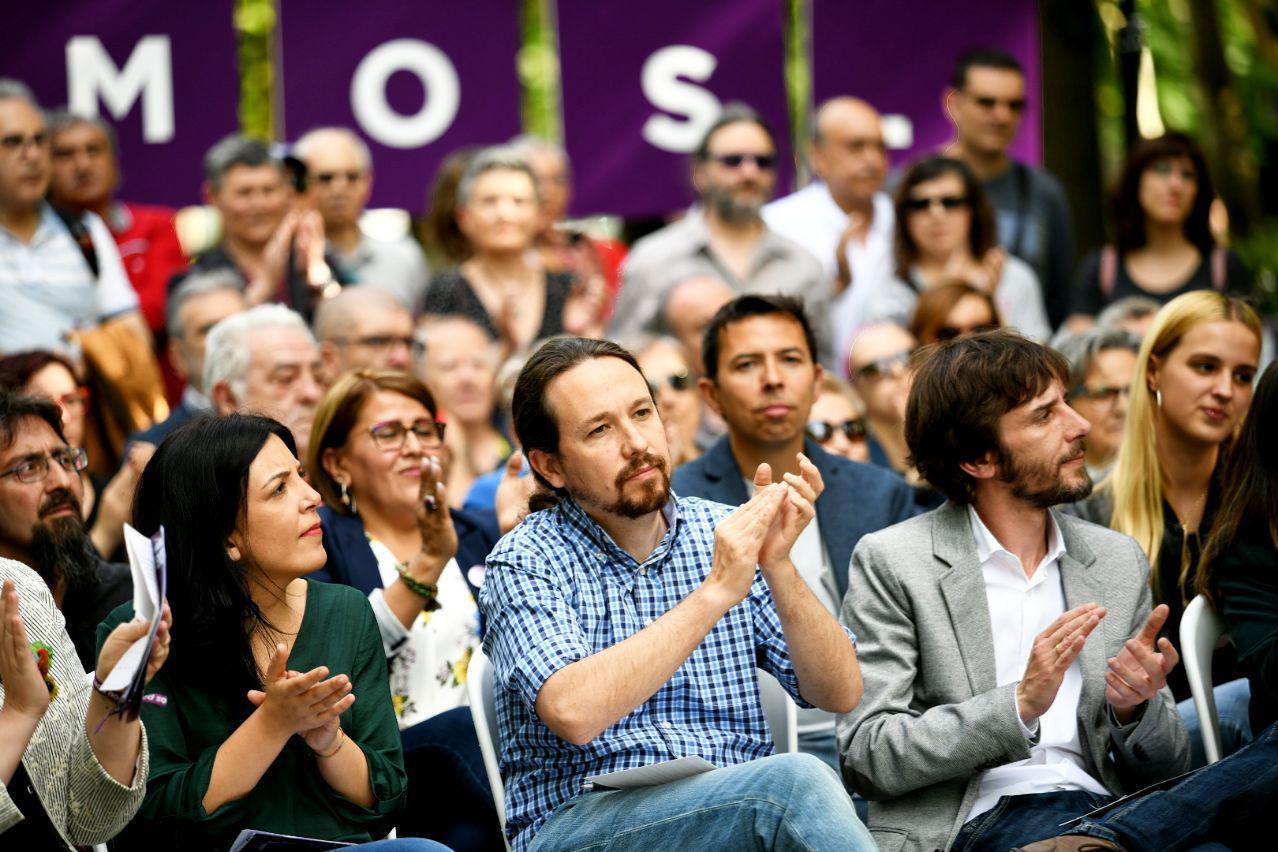 Pablo Iglesias, junto a Idoia Villanueva y Mikel Buil, este miércoles en Pamplona. FOTO: DANI GAGO